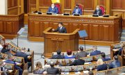Zelensky in the Rada, the Ukrainian parliament. (© picture-alliance/dpa)